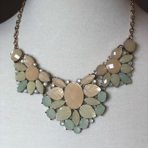 Jewelry - Gorgeous floral pattern necklace in green tones